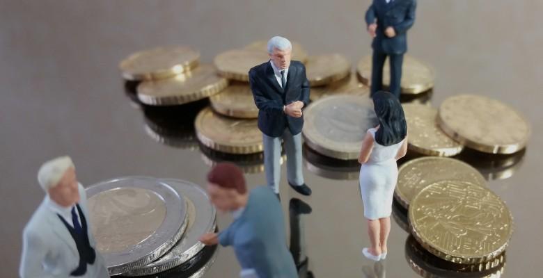 Petit groupe discutant au milieu des pices de monnaies